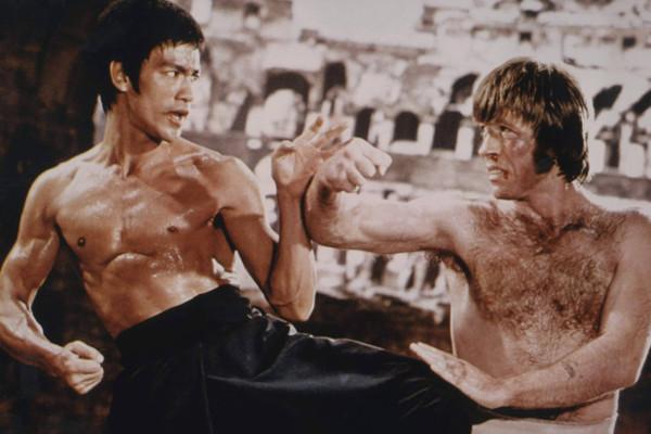 ブルース・リーの筋肉と筋トレメニューを大公開!ムササビのような広背筋を造りだしたトレーニングとは!?